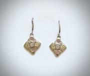 Fleur-shape earrings with stones